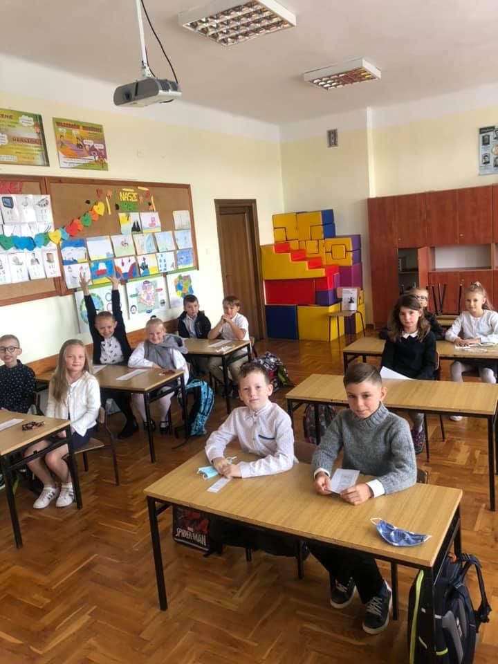 Uczniowie klasy 3 w sali lekcyjnej