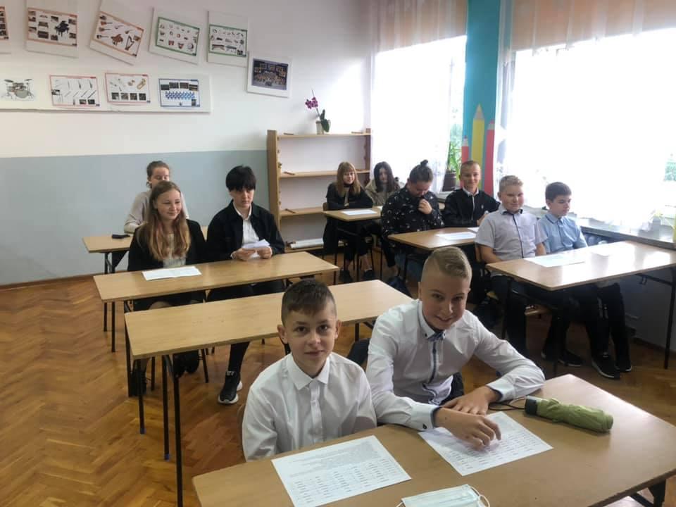 Uczniowie klasy 6 w sali lekcyjnej