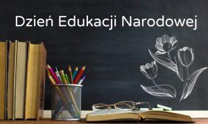 Napis Dzień Edukacji Narodowej, kwiaty na tablicy szkolnej