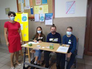 Nauczyciel i uczniowie egzaminatorzy w ławce szkolnej