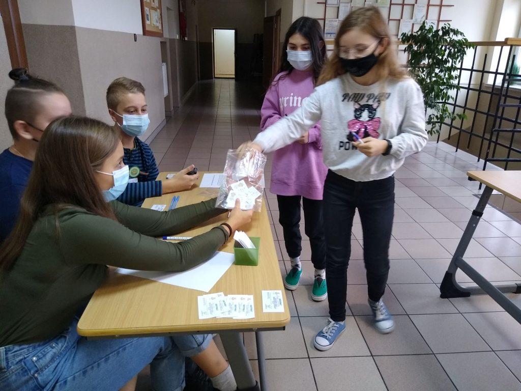 Uczennice klasy 6 losują zestawy konkursowe