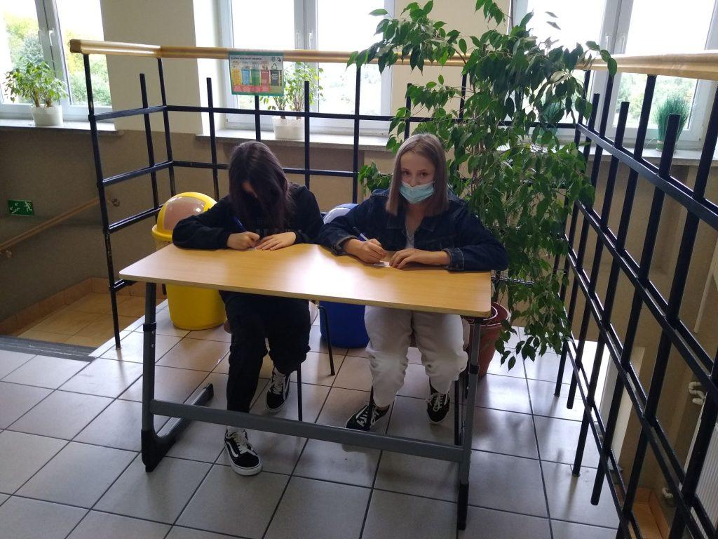 Uczennice klasy 7 w ławce szkolnej