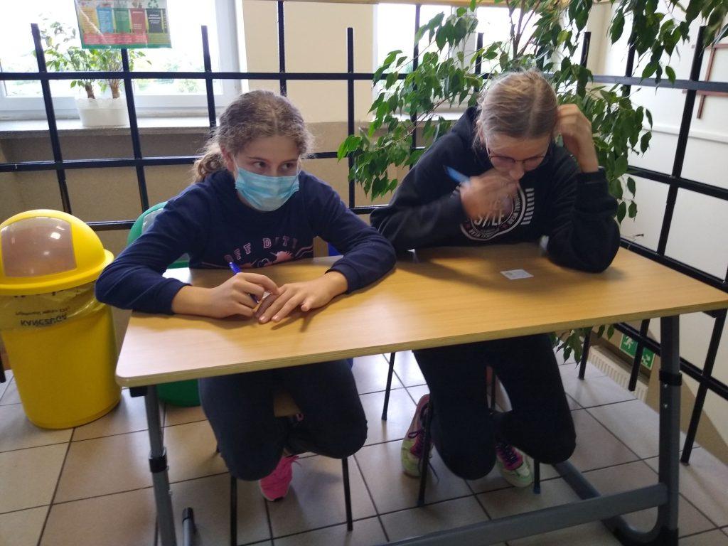Uczennice klasy 8 w ławce szkolnej