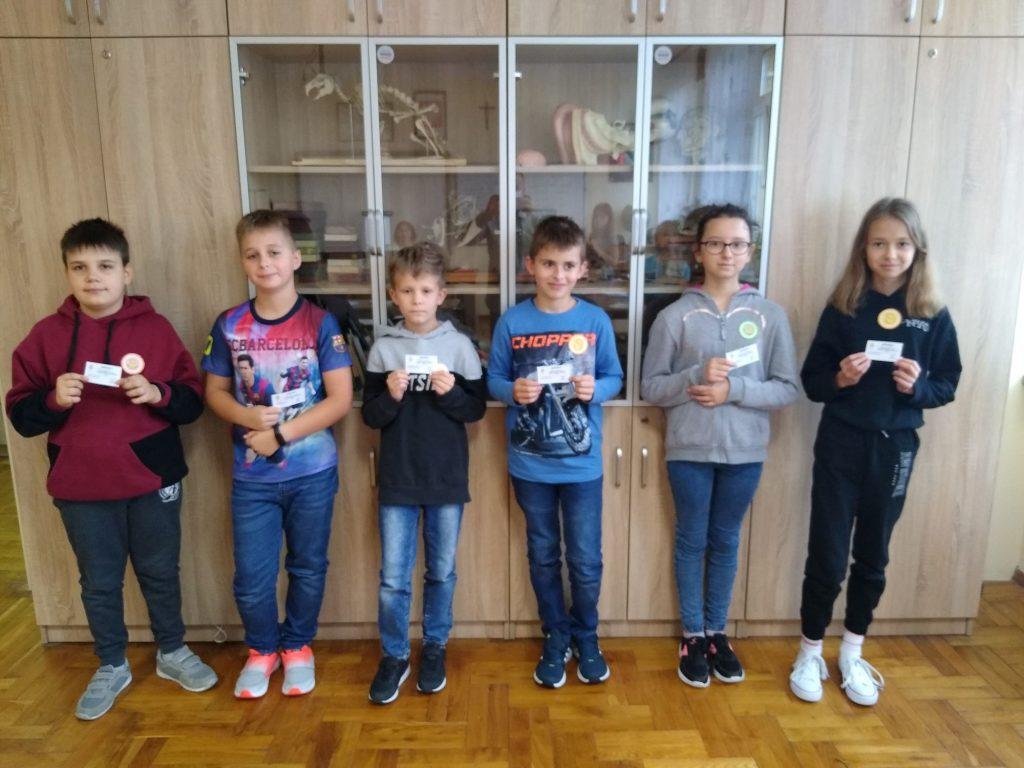 Ucznowie klasy 4 prezentują swoje certyfikaty Mistrza Tabliczki Mnozenia.