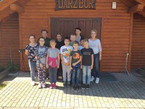Uczniowie klasy 4 z opiekunami przed bydynkiem koła łowieckiego